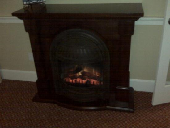 Anchorage Inns & Suites: Fireplace of the Strawbery Banke Suite