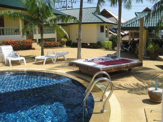 Samui Reef View Resort : pool and lounging area