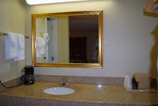Red Roof Inn & Suites Pigeon Forge - Parkway: Sink/coffee area