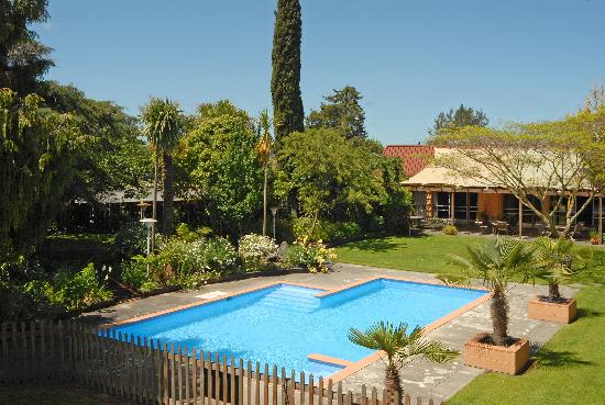 Angus Inn Hotel: Garden and Pool Area