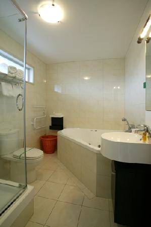 Best Western Newmarket Inn & Suites: Bathroom with spa