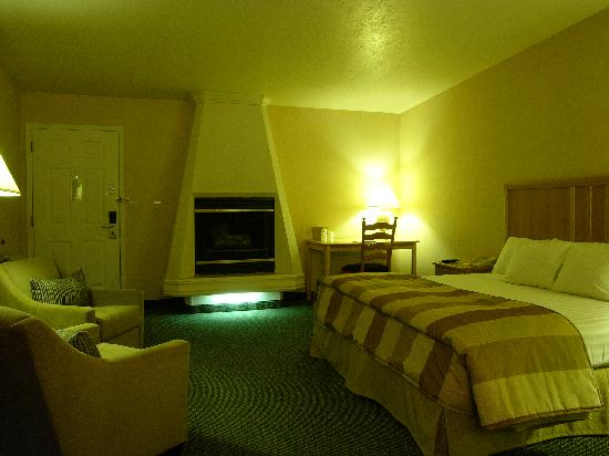 Inn at Rio Rancho & Event Center: Relax & Unwind in our Romantic Fireplace Suite