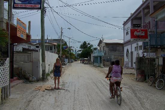 Coco Beach Resort: Sand streets