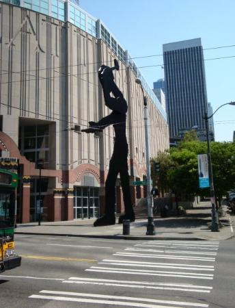 Seattle Art Museum: The Hammering Man in front of the SAM.