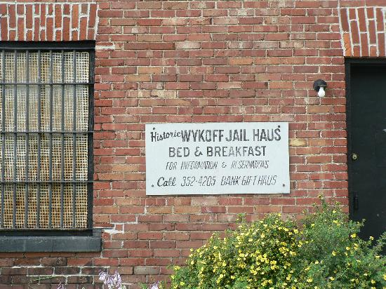 Wykoff Jail Haus B&B: Sign on the front