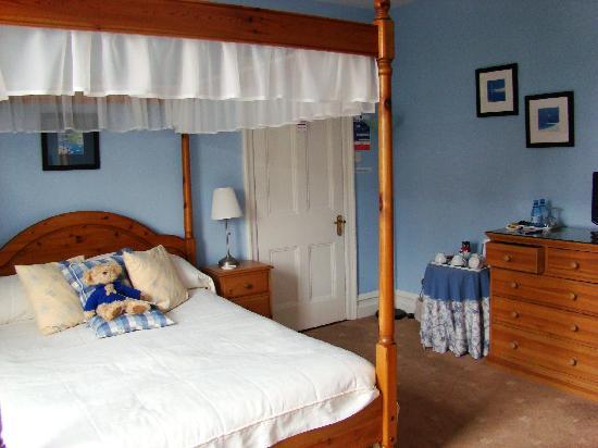 Denehurst Guest House: the blue room :)