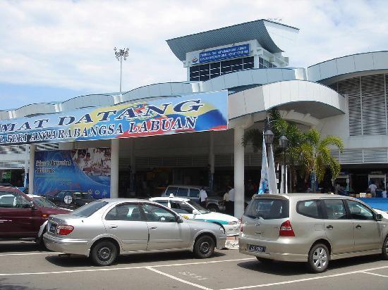 Labuan Beach: ラブアンのフェリー乗り場 コタキナバル行きとブルネイ行きとムヌンボックい気行きが出ている