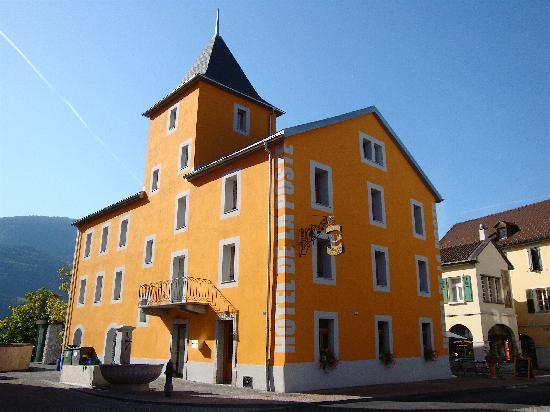 Hotel de la Poste Sierre: Distinct Exterior of Hotel de la Poste w/its Cheery Yellow Facade