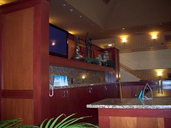 Comfort Inn & Suites Columbus: TV in breakfast area