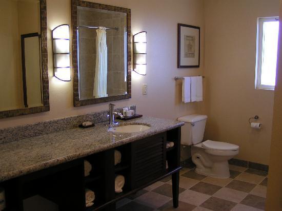 هيلتون إنديجو سان دييجو ديل مار: deluxe double queen & business double queen bath area