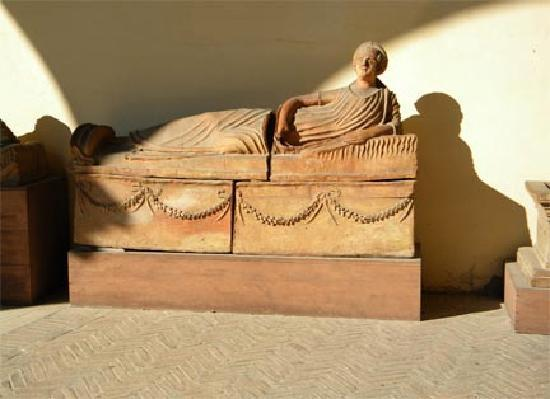 Tarquinia, Italie : typical sarcophagus in the museum courtyard
