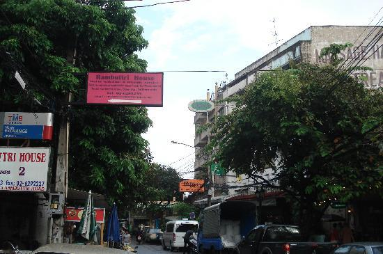 Rambuttri House: Have to remember across from 999 Bar!! for tuk tuk!!