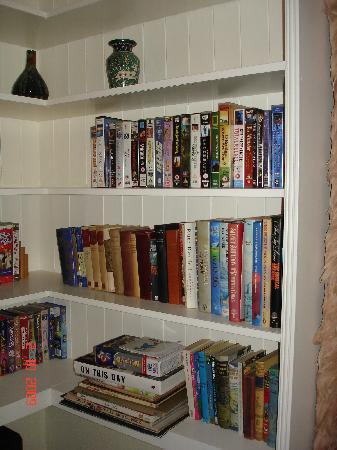 Bexhill-on-Sea, UK: The mini-library in our room
