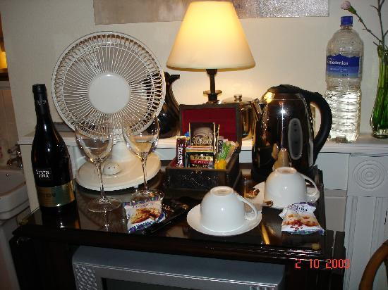 Arden House Bed & Breakfast Bexhill: Wide choice of teas and coffee in the room