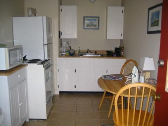 Sesuit Harbor House: Kitchen Area