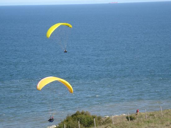 Baie des Anges Apart Hotel: Parapentes en la playa