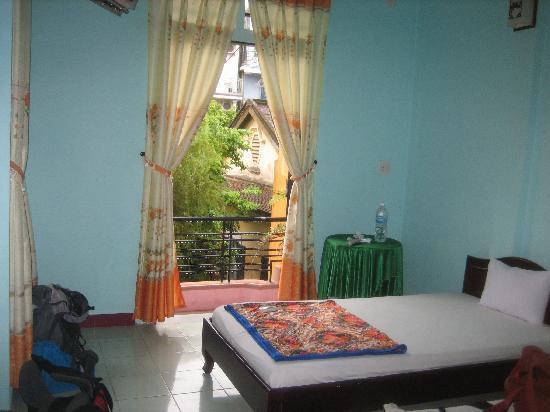 Impression Hotel: Chambre avec balcon sur piscine.