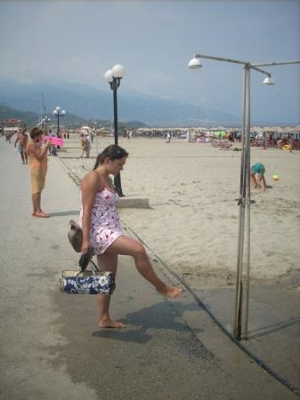 Neoi Poroi, Grecja: Washing the sand off my feet at one of the beach showers
