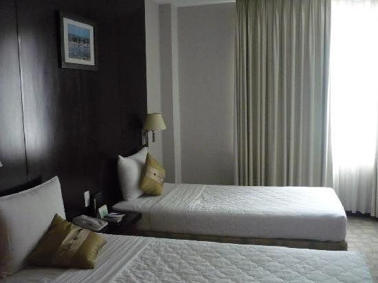 Metropole Hotel: our room with twin beds..