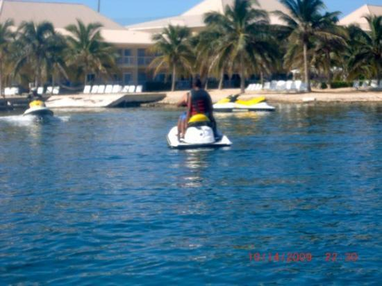 George Town, Gran Caimán: Eljae and me on a Waverunner on the way to snorkel with stingrays @ Stingray Island.  The trip t