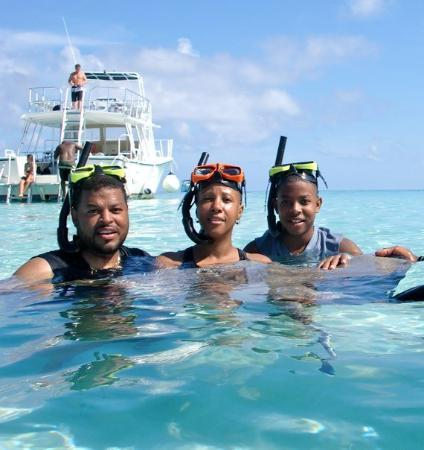George Town, Gran Caimán: Snorkeling with stingrays in the Cayman Islands (Grand Cayman).