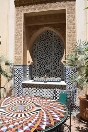 Riyad Al Moussika: Fontana e tavolo di mosaico