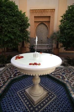 Riyad Al Moussika: Fontana in marmo