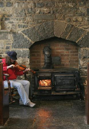 Aille River Hostel: playing by the fire