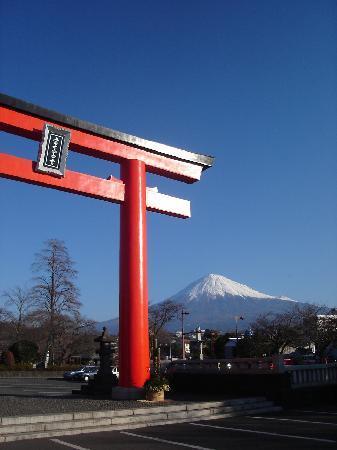 Fujisan Hongu Sengen Taisha Shrine: 鳥居と富士山