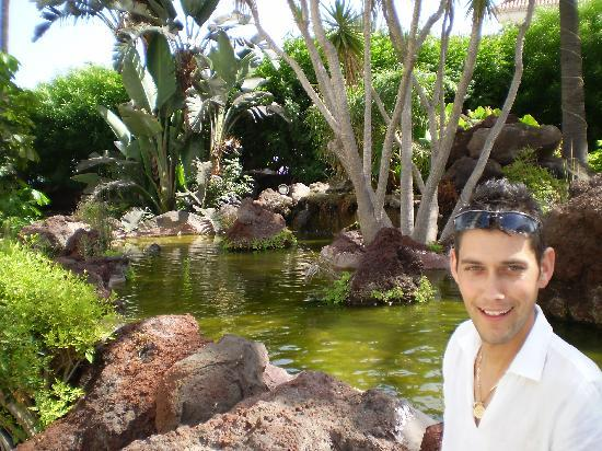 Beverly Park Hotel: me next to the gorgoues water feature
