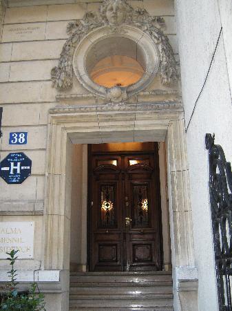 Le Singulier : Ingresso dell'albergo