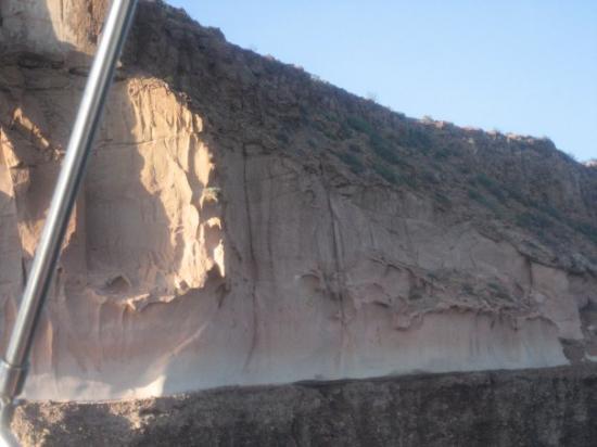 Isla Espiritu Santo: A esta gran roca se le conoce como La Catedral, al fondo, casi imperceptible, un nido de aguila