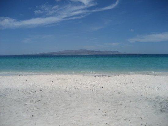 Playa Tecolote, al fondo, la Isla Espiritu Santo