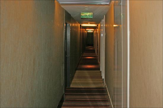 The Quincy Hotel by Far East Hospitality: Norrow corridors
