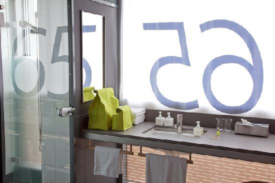 Casa Camper Berlin: Bathroom with daylight