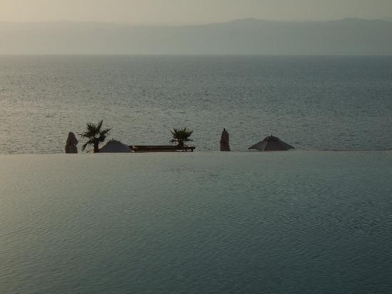 Kempinski Hotel Ishtar Dead Sea: Infinity pool overlooking the Dead sea