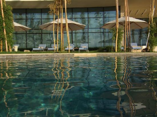 Kempinski Hotel Aqaba Red Sea: Loungers by the pool