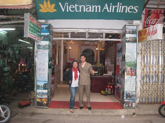 Viet Fun 3 Hotel : Ha in front of Viet Fun 3