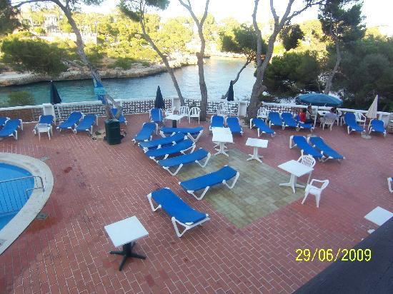 Hotel Cala Ferrera: One side of the loungers.