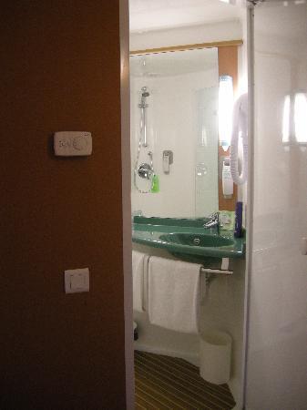 Ibis Dijon Centre Clemenceau: Bathroom pod!