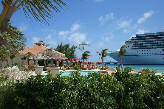 White Sands Beach Resort: Restaurant and Ship- TOO COOL!