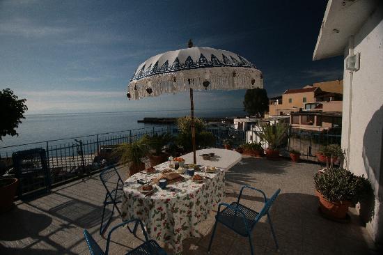 La Praia di Rinella: breakfast on the terrasse with seaview