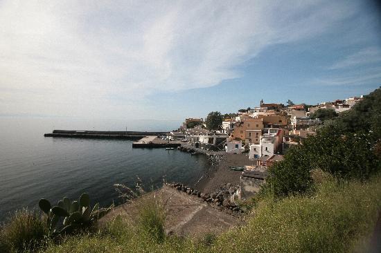 La Praia di Rinella: view from the garden to the port of Rinella