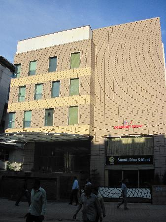 Iris - The Business Hotel and Spa: outside