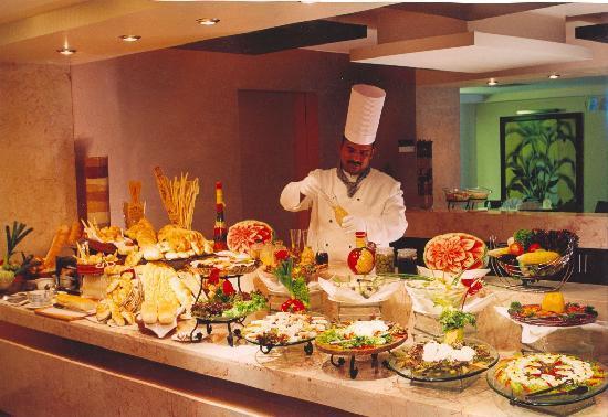 La Gardenia: buffet chef at work