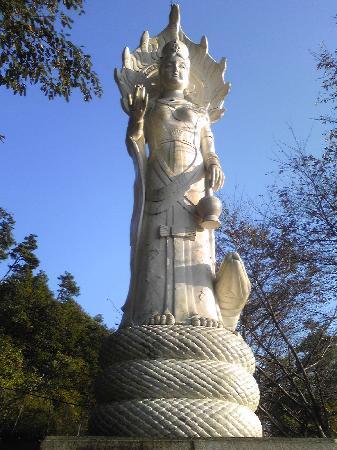 Japan Snake Center: 敷地内にある像。よく見ると蛇に乗ってます(笑)