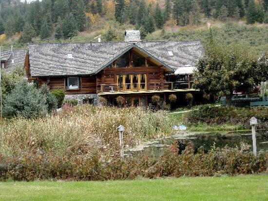 Icicle Ridge Winery: lovely log cabin home transformed into a tasting room