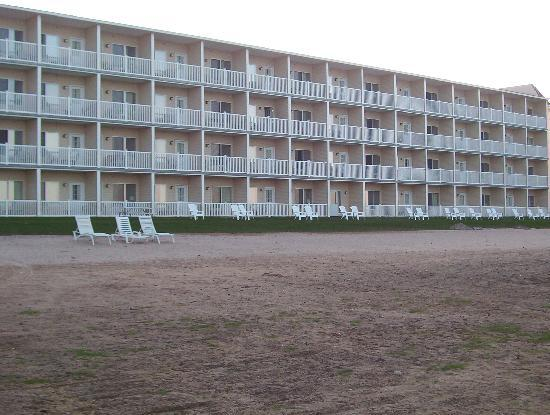 Mackinaw Beach and Bay - Inn & Suites: Beachside View of the Hotel