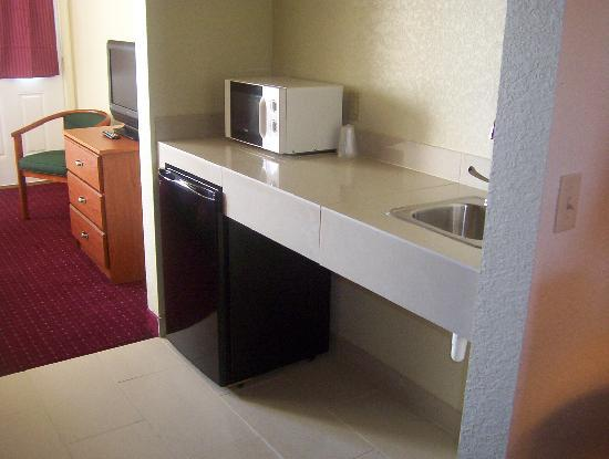 Mackinaw Beach and Bay - Inn & Suites: Kitchenette