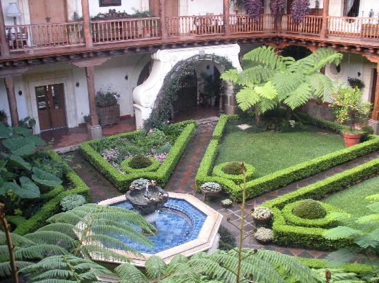 Palacio de Doña Leonor: courtyard
